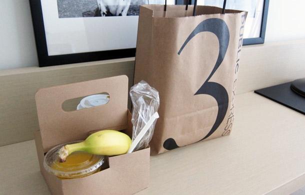"""Room service breakfast in """"brown paper bag"""" al Public di Chicago"""